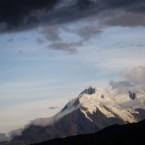 La rocas de la montaña Illimani se muestran a causa del derritimiento de la masa glaciar.