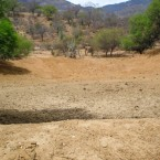 Atajado vacío con vista del paisaje seco (Foto de la Alcaldía de Pasorapa)