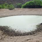 Atajado (laguna artificial) lodoso y peligroso para los animales (Foto de la Alcaldía de Pasorapa)