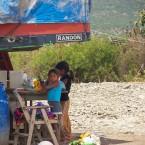 Niñas jugando bajo la sombra de la carrocería de un camión (Foto de Leny Olivera)